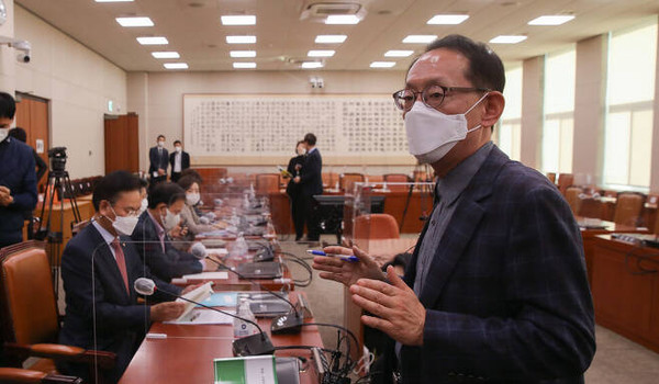 국회 법사위 국민의힘 간사인 김도읍 의원이 25일 법사위 전체회의가 개의 14분 만에 산회되자 항의하고 있다. 사진/연합뉴스