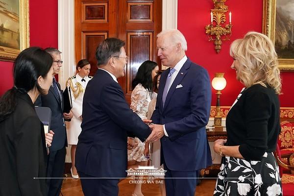 문재인 대통령이 21일 오후(현지시간) 한미정상회담을 위해 미국 워싱턴 백악관을 찾아 조 바이든 대통령과 악수하고 있다.