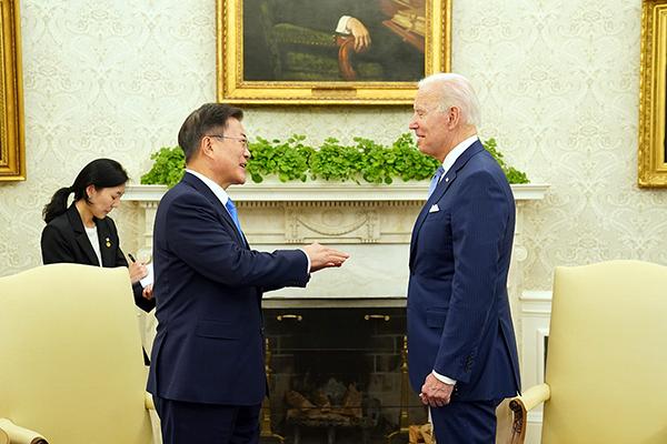 문재인 대통령이 지난 21일(현지시간) 오후 백악관 오벌오피스에서 열린 소인수 회담에서 조 바이든 미국 대통령과 대화하고 있다. (사진=청와대)