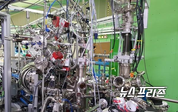 기초과학연구원(IBS) 원자제어 저차원 전자계 연구단 염한웅 단장(POSTECH 물리학과 교수) 연구팀은 저항 없이 정보 전달이 가능한 입자 액시톤이 실온에서 자발적으로 형성되는 현상을 세계 최초로 관측했다./ⓒIBS