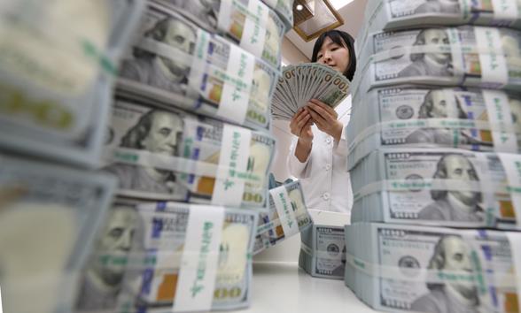 지난 7일 정부가 외국환평형기금채권(외평채)을 역대 최저금리로 성공적으로 발행했다. 사진은 서울 한 시중은행 본점에서 직원이 달러를 정리하고 있는 모습.
